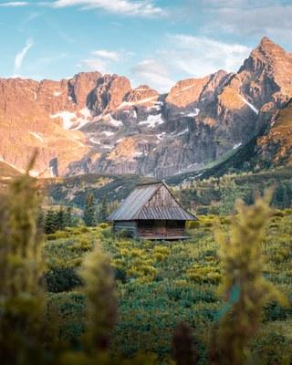 Polnische Berglandschaft mit Hütte